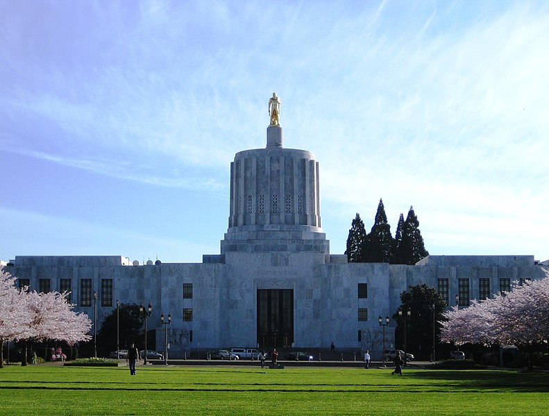 Oregon State Police Use Violence Against Citizens Demanding To Listen To Special Legislative Session